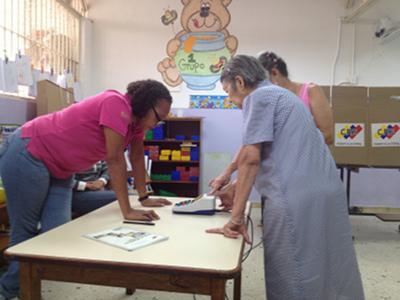 Eine 95-jährige Wählerin im Bundesstaat Mérida gibt ihre Stimme ab