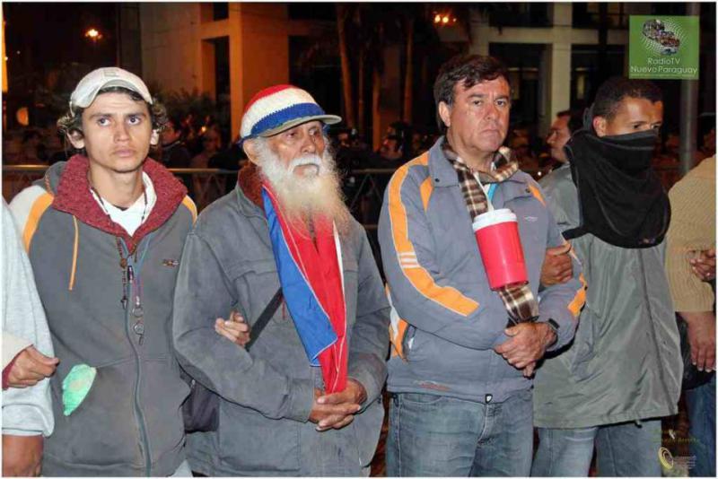 Menschen aus dem ganzen Land fordern die Respektierung des rechtmäßig gewählten Präsidenten Lugo