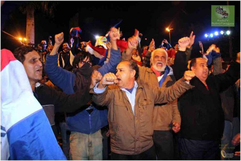 Massenhafter Protest gegen den Verfassungsbruch