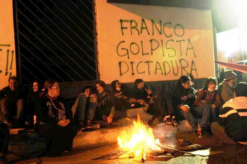 """Auch nachts bleiben die Menschen auf der Strasse und protestieren:""""Franco - Putschist - Diktatur"""""""