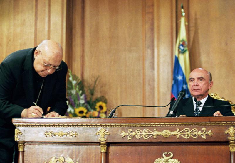 Der Erzbischof von Caracas bei der Unterzeichnung des Carmona-Dekrets