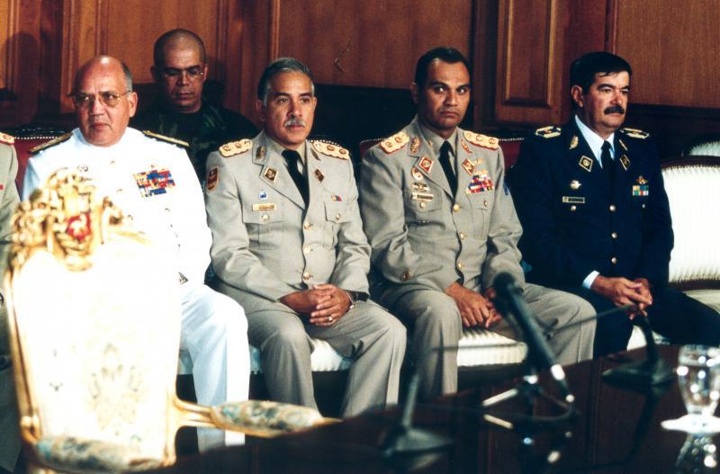 Am Putsch beteiligte Militärs (links Vizeadmiral Héctor Ramírez Pérez, der Verteidigungsminister der Putschregierung)