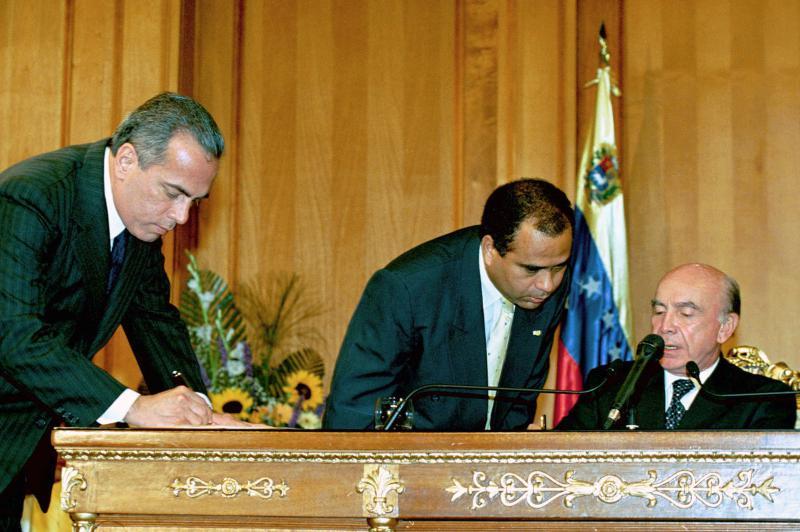 Manuel Rosales bei der Unterzeichnung des Carmona-Dekrets
