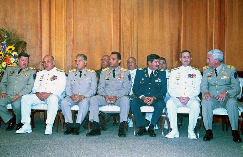 Am Putsch beteiligte Militärs: General Efraín Vásquez Velasco (l.), Vizeadmiral Héctor Ramírez Pérez (2.v.l.)