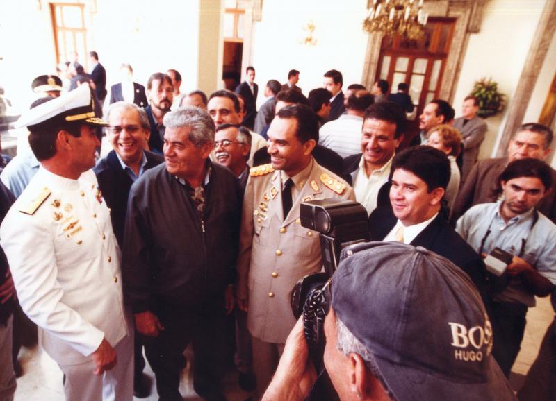 Auch die rechte Gewerkschaft war im Boot: Hier der Vorsitzende des rechten Gewerkschaftsdachverbands CTV, Carlos Ortega (3.v.l.) neben dem damaligen Konteradmiral Carlos Molina Tamayo