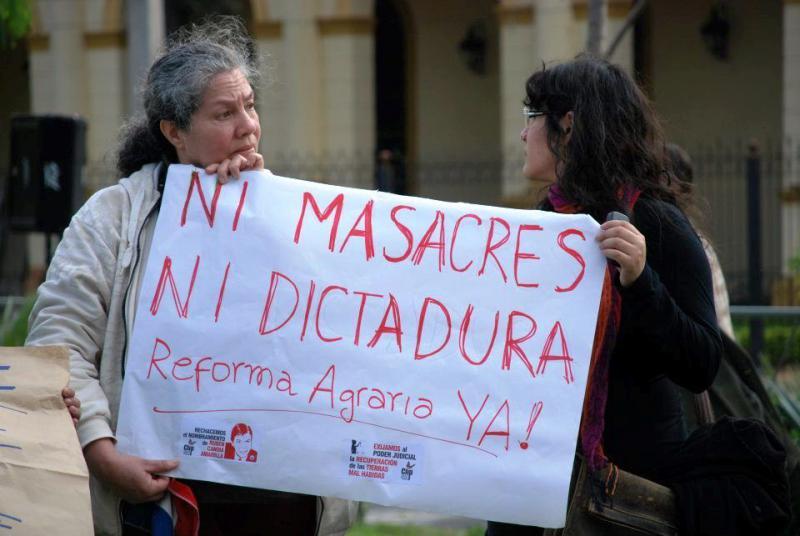 """""""Weder Massaker noch Diktatur - Agrarreform JETZT"""" fordern diese beiden Frauen in Asunción. Die Landfrage ist der zentrale Konflikt in Paraguay"""