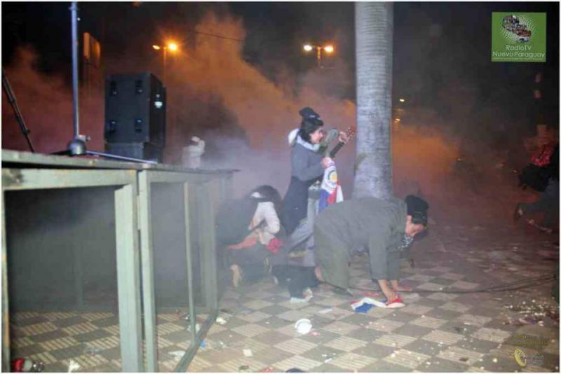 Tränengaseinsatz gegen Demonstranten in der Nacht von Freitag auf Samstag in Asunción