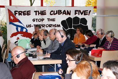 """Das Transparent im Hintergrund fordert die Freilassung der """"Cuban Five"""" ..."""
