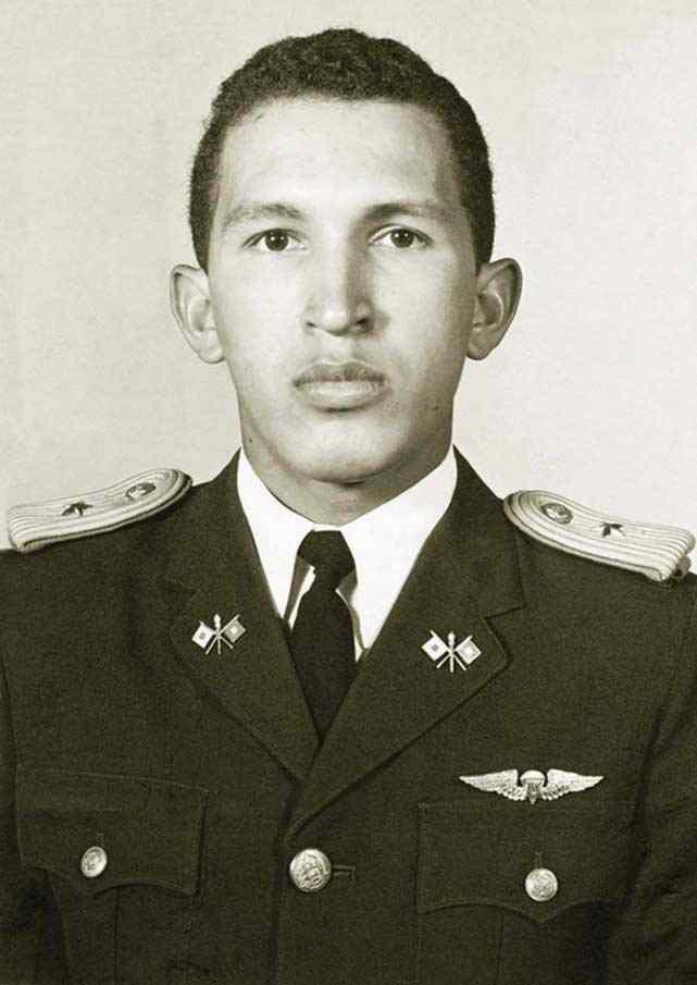 Im Jahr 1971 geht Hugo Chávez zum Militär, wo er sich Anfang der 80er Jahre mit anderen fortschrittlichen Militärs politisch organisiert.