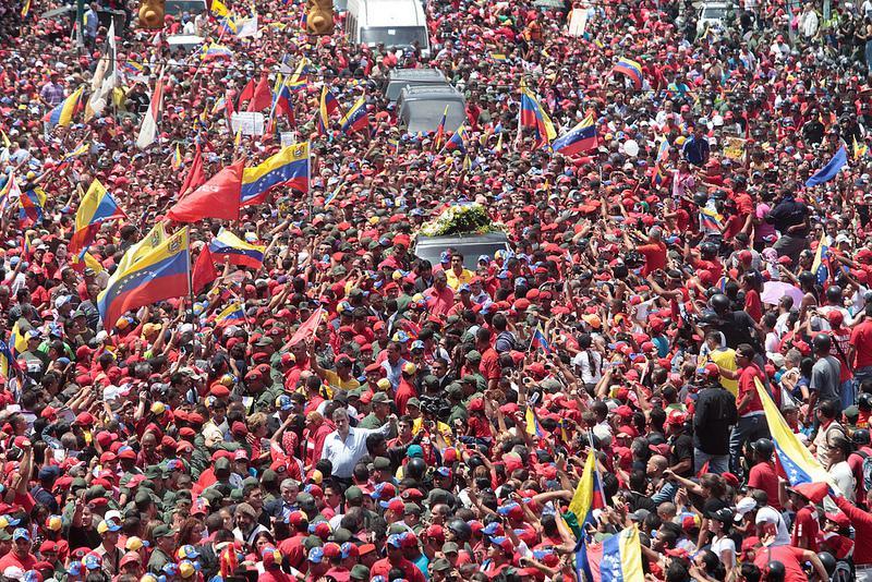 Hunderttausende sind auf den Straßen. Chávez wird zur Militärakademie in Caracas gebracht