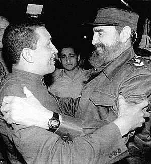 Nach seiner Freilassung 1994 reist Hugo Chávez nach Kuba und trifft Fidel Castro.