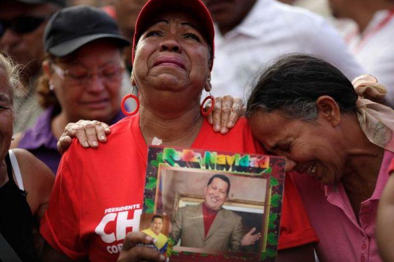 Frauen mit einem Portrait von Hugo Chávez