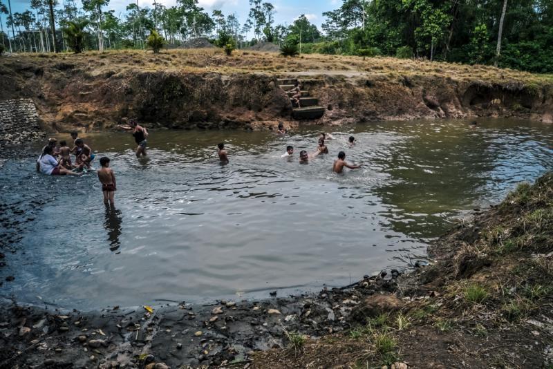 Erdölrückstände in einem Teich im Amazonasgebiet
