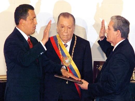 Hugo Chávez wird im Jahr 1999 nach der Annahme der neuen Verfassung als Präsident vereidigt.