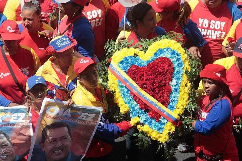 """Anhänger des verstorbenen Präsidenten mit einem Blumenkranz. Auf den T-Shirts: """"Ich bin Chávez"""""""