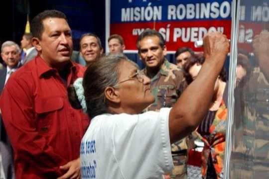 Das erste von vielen Sozialprogrammen: 2003 startet die Regierung die Misión Robinson, ein Alphabetisierungsprogramm, an dem rund 1,5 Millionen Erwachsene teilnehmen.