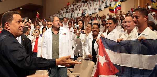Chávez begeht mit kubanischen Ärzten den dritten Jahrestag der Misión Barrio Adentro, die eine medizinische Grundversorgung in den Armenvierteln garantiert.