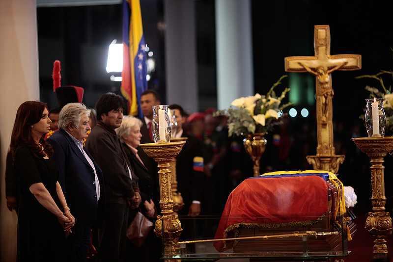 Die Präsidenten Argentiniens Uruguays und Boliviens, Cristina Fernández, José Mujica und Evo Morales, sowie Lucia Topolanski, Senatspräsidentin Uruguays, bei der Ehrenwache