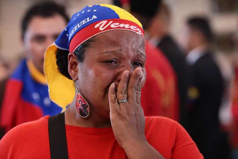 Eine weinende Frau am Sarg des Präsidenten