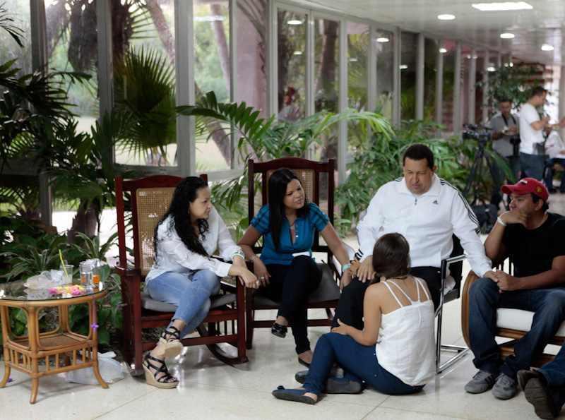 Hugo Chávez mit seinen Kindern in der Klinik in Kuba.