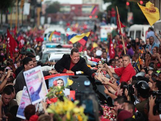 Hugo Chávez muss im Februar 2012 erneut in Kuba operiert werden. Auf dem Weg zum Flughafen wird er von Tausenden Anhängern begleitet.
