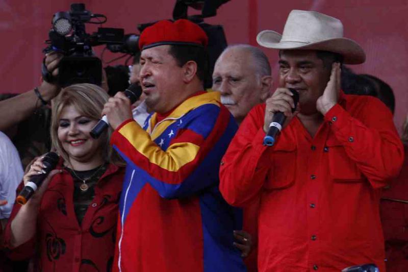 Bei einer Großkundgebung feiern Chávez und seine Anhänger seine erneute Kandidatur. Am 11. Juni 2012 ließ er sich offiziell beim Wahlrat als Präsidentschaftskandidat für die Wahl am 7. Oktober registrieren.