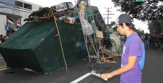 Zum Abschluss der Demonstration wurde symbolisch ein Panzerwagen verbrannt
