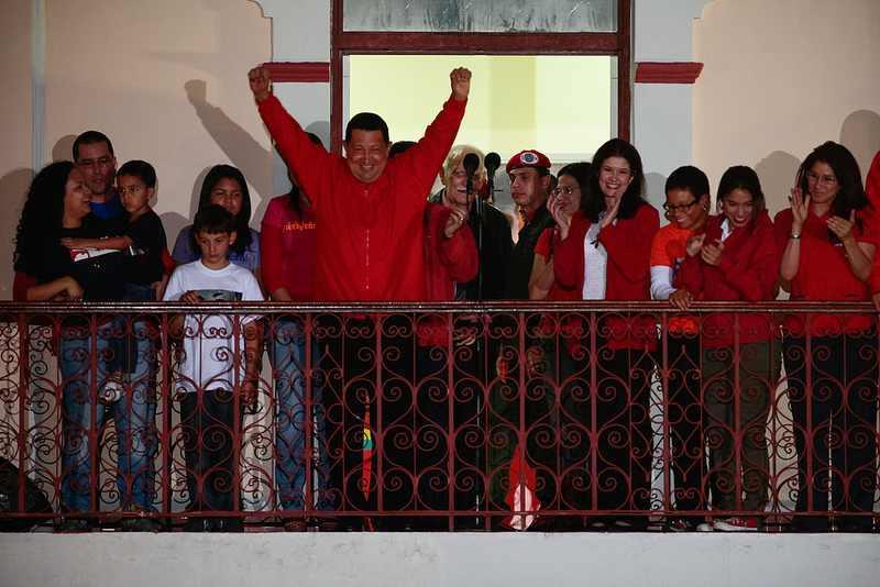 Am Abend des Wahltages: Hugo Chávez auf dem Balkon des Präsidentenpalastes. Rund 55 Prozent der Wähler hatten für ihn gestimmt.