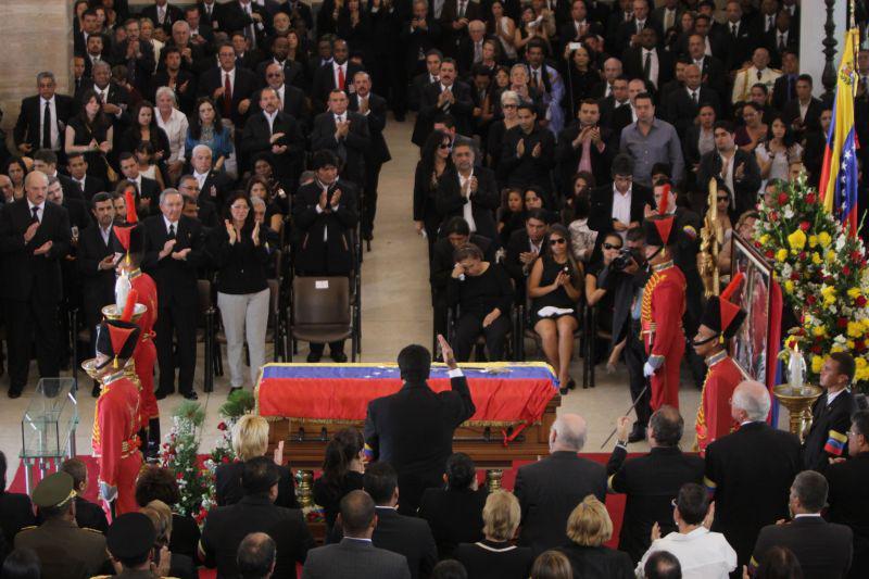Nicolás Maduro spricht zum Abschluss der Trauerfeier zu den geladenen Gästen aus dem In- und Ausland