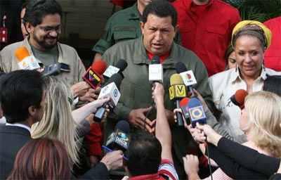 Hugo Chávez setzt sich wiederholt für eine politische Lösung des bewaffneten Konfliktes in Kolumbien ein. Im Jahr 2007 trifft er mit FARC-Kommandant Iván Márquez - heute Leiter der Delegation bei den Friedensgesprächen - und der Menschenrechtsaktivistin Piedad Córdoba zusammen.
