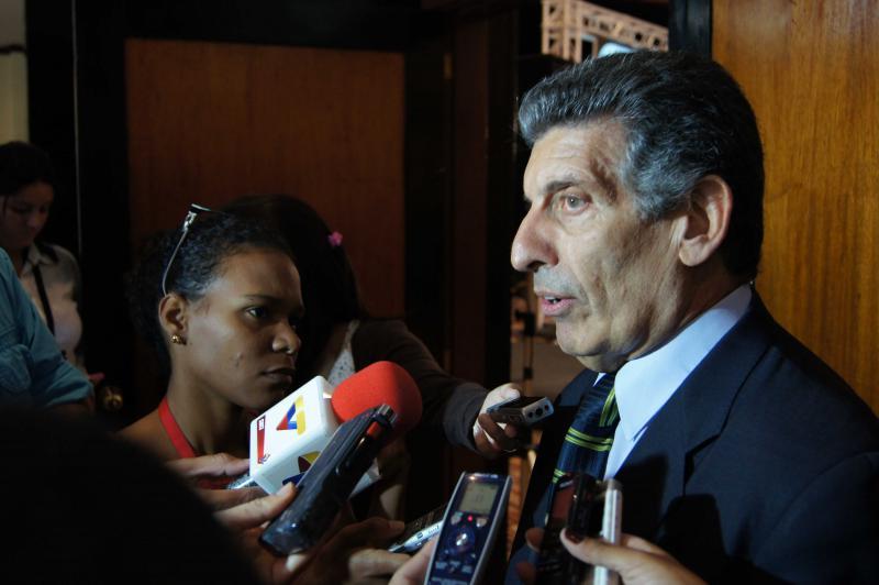 Carlos Chaco Alvarez, Leiter der Delegation des UNASUR bei den Wahlen in Venezuela, erläutert vor der Presse die Zielstellung der Mission