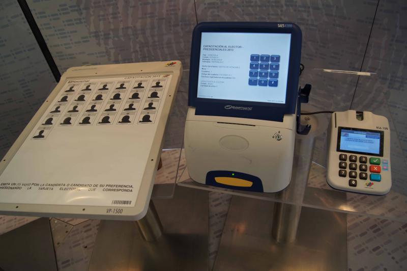 Wahlmaschinen der Firma Smartmatic mit Identifizierungseinheit.