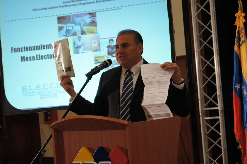 Carlos Quintero, technischer Generaldirektor des CNE, erklärt den Ablauf der Abstimmung.