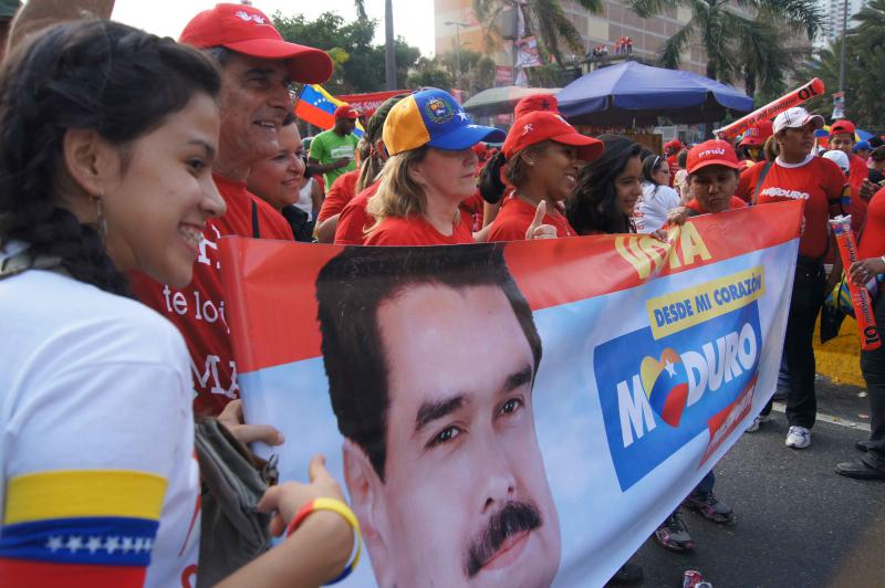 Regierungsanhänger mit Transparent mit dem Konterfei von Nicolás Maduro