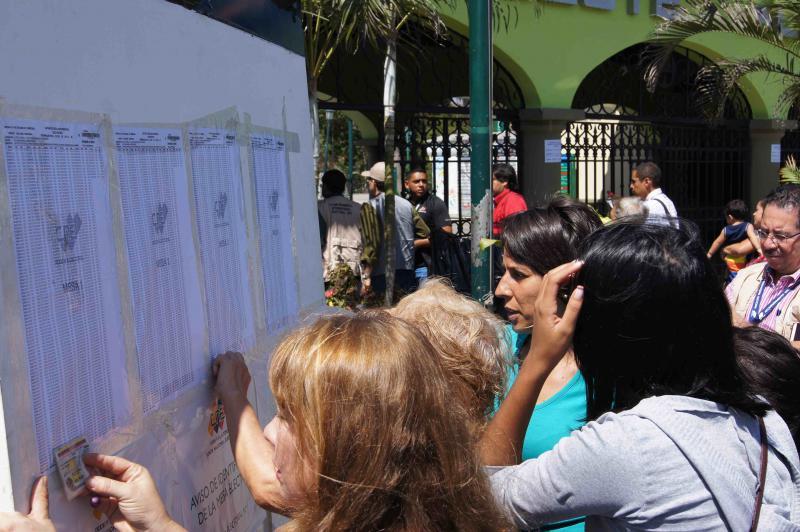 Wählerinnen im Westen von Caracas suchen vor der Stimmabgabe in den Listen nach ihrem Wahltisch