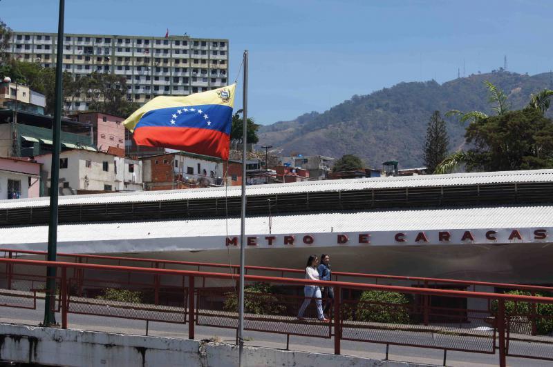 Straßenszene vor einem Wahlbüro im Stadtteil 23 de Enero. Den gesamten Tag haben sich keine Schlangen gebildet, obwohl die Beteiligung genauso hoch liegt wie im Oktober 2012.
