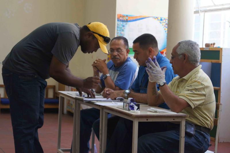 Wähler bei der Abstimmung im Stadtteil 23 de Enero.