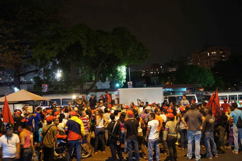 Bei Einbruch der Dunkelheit versammeln sich die Unterstützer von Nicolás Maduro auf der Straße.