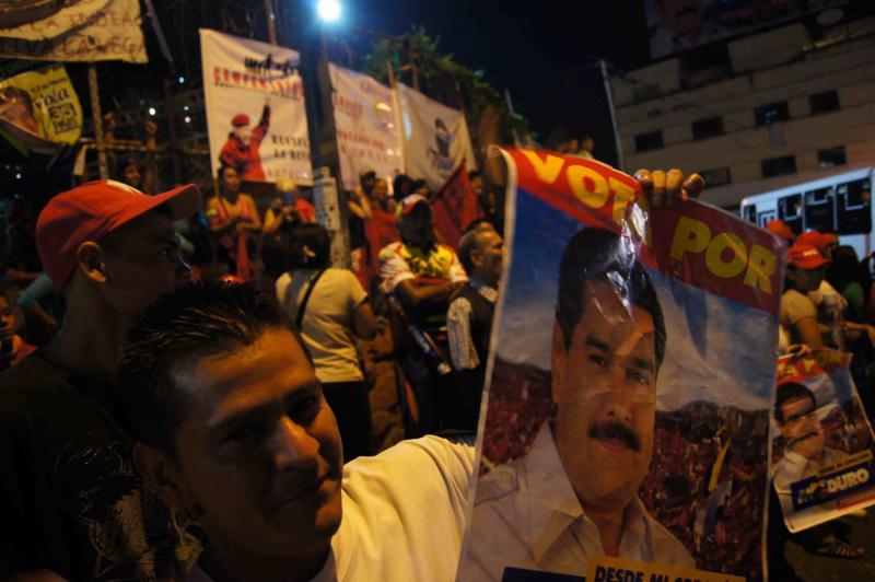 Ein Nachbar hat die Wahlplakate der Maduro-Kampagne mitgebracht.