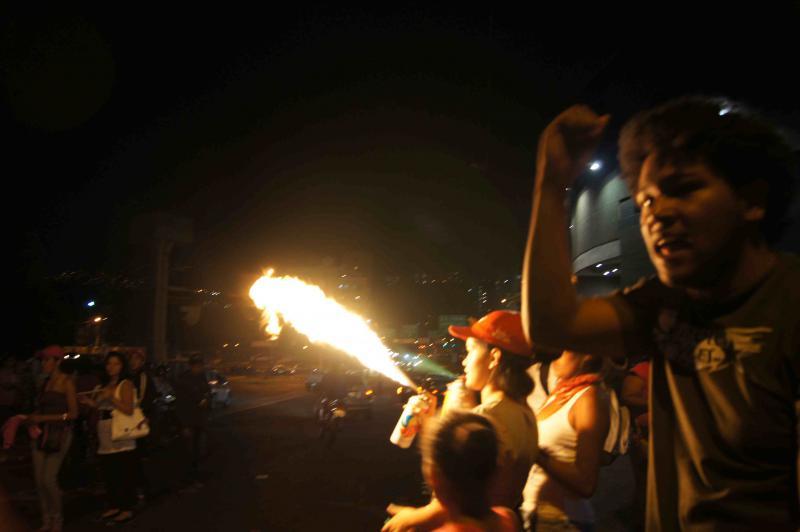 Feuerwerk und Musik geben der Kundgebung eher die Stimmung einer Volksfestes – trotz des ernsten Anlasses tanzen die Menschen auf der Straße.