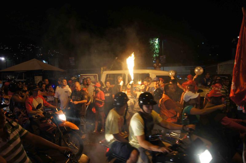 Lange Motorrad-Korsos kreuzen hupend durch die Stadt.
