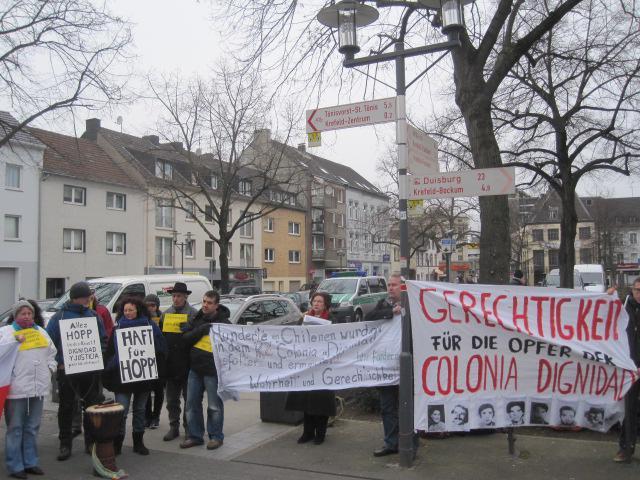 Demonstranten vor dem Haus von Hartmut Hopp in Krefeld.