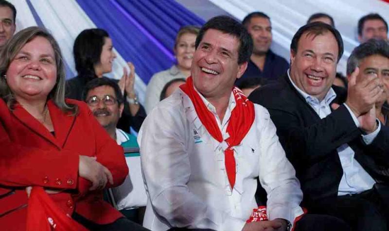 Soll mit dem organisierten Drogenhandel verbunden sein: der Präsidentschaftskandidat der Colorados (ANR), Horacio Cartes (Mitte)