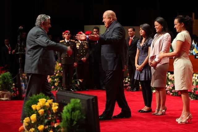 Hugo Chavéz begrüßt Uruguays Präsident Mujica beim Gründungstreffen der Gemeinschaft Lateinamerikanischer und Karibischer Staaten (CELAC) am 2.Dezember 2011 in Caracas. Auch dieses Integrations-Bündnis geht vor allem auf die Initiative von Hugo Chávez zurück.