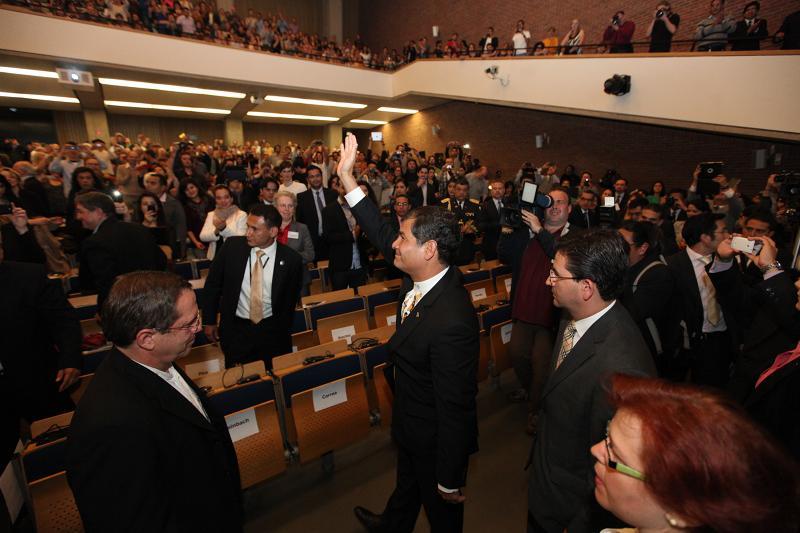 Ankunft von Präsident Correa im Audimax der TU Berlin