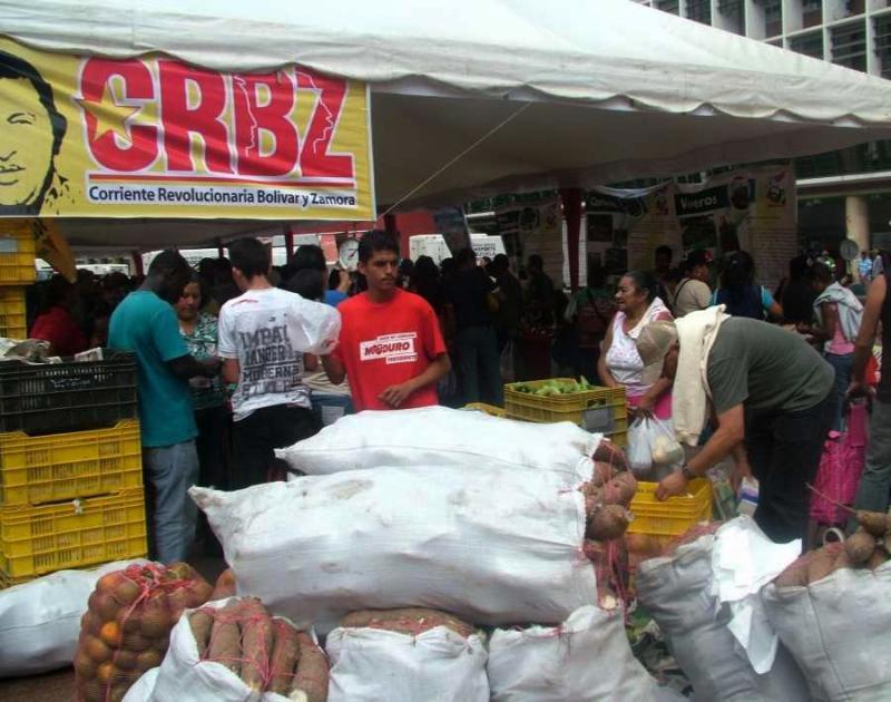 """Mitglieder der CRBZ, """"Revolutionäre Strömung Bolívar und Zamora"""" die vor allem in den ländlichen Gebieten Venezuelas aktiv ist, verkaufen Gemüse, Wurzeln und Obst"""