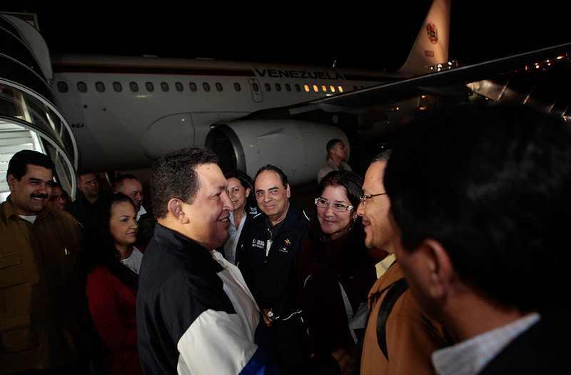 Regierungsmitarbeiter verabschieden Hugo Chávez vor seinem Abflug nach Kuba.