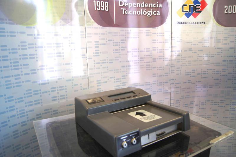 Die Wahlen in Venezuela werden seit Dezember 1998 mit Wahlcomputern durchgeführt. Zentrale Argumente für die Einführung von Wahlmaschinen waren, dass die Auszählung damit sehr viel schneller erfolgt und so politische Unsicherheiten unmittelbar nach dem Wahlgang vermieden werden. Zudem können Wähler mit den Geräten sicher identifiziert werden, etwa um eine mehrfache Stimmabgabe oder das Hinzufügen von Wahlzetteln zu verhindern.