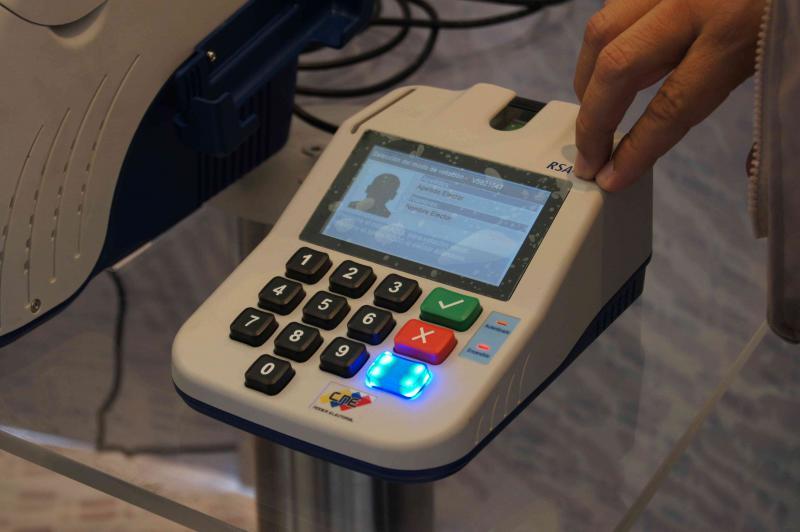 Am Wahltag geben die Wahlhelfer die Ausweisnummer in das Gerät ein. Dann identifiziert man sich mit einem Fingerabdruck. Es erscheinen Name und Foto des Wählers. Die persönlichen Informationen sind ausschließlich auf einem Gerät gespeichert. Ein Wähler kann nur in dem dafür vorgesehenen Wahlbüro und nur an einem Wahltisch sein Stimmrecht ausüben. Es stimmten durchschnittlich 350 Personen an einem Computer ab.