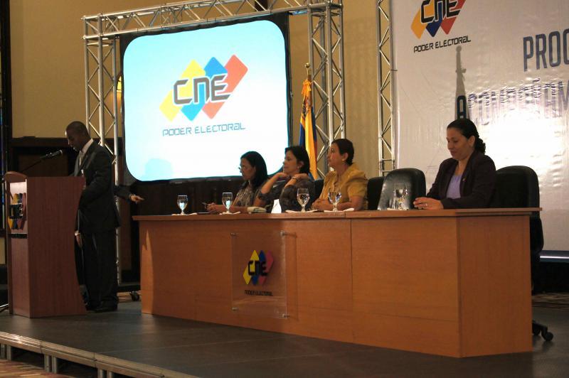 """Alle Wahlen werden in Venezuela vom Nationalen Wahlrat (CNE) durchgeführt. Mit der neuen Verfassung von 1999 wurde er den drei Gewalten des bürgerlichen Rechtssystems (Legislative, Judikative und Exekutive) als """"Poder Electoral"""" (Wahlgewalt) gleichgestellt. Jeder Bürger kann sich für die Mitarbeit bewerben. Die fünf Direktoren des Wahlrates, hier im Bild die amtierenden Direktorinnen, werden vom Parlament gewählt. Sie dürfen keiner politischen Partei angehören."""